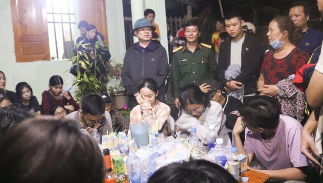 Đồng chí Hoàng Duy Chinh - Bí thư Tỉnh ủy trực tiếp có mặt chỉ đạo tìm kiếm và động viên các em sau khi được tìm thấy