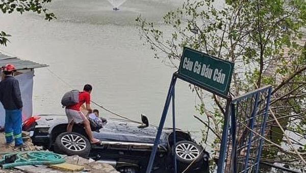 Ô tô 7 chỗ mất lái lao xuống hồ ở Hà Nội