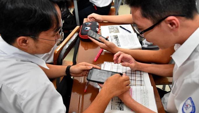 Bộ Giáo dục và Đào tạo sẽ có hướng dẫn cụ thể đối với việc sử dụng điện thoại trong lớp học. Ảnh: TẤN THẠNH
