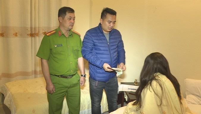 Lực lượng công an bắt quả tang 3 cô gái bán dâm