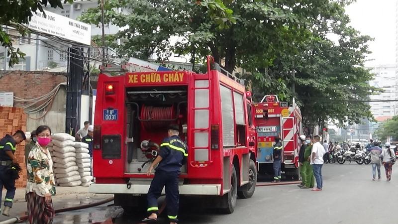 Xe chữa cháy có mặt tại hiện trường khống chế đám cháy