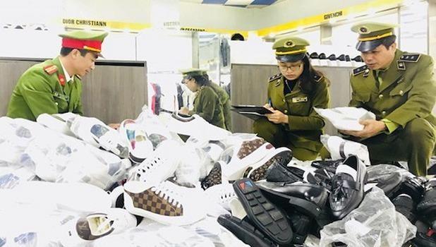 Thu giữ hơn 5.000 sản phẩm giả thương hiệu nổi tiếng tại hệ thống cửa hàng thời trang AE Shop Việt Nam