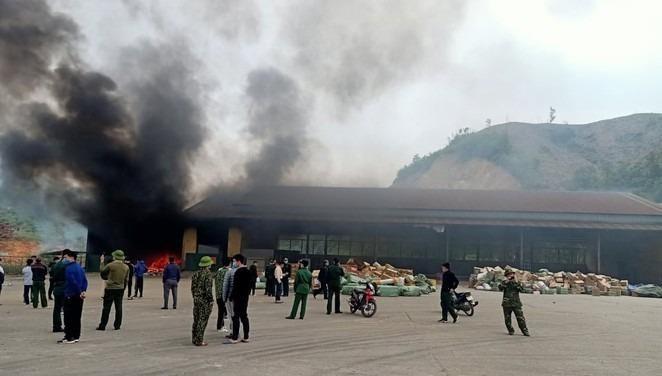 Hiện trường vụ cháy tại kho hàng hóa cửa khẩu Bắc Phong Sinh.