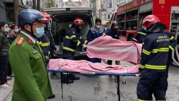 Lực lượng chức năng đưa các nạn nhân ra.