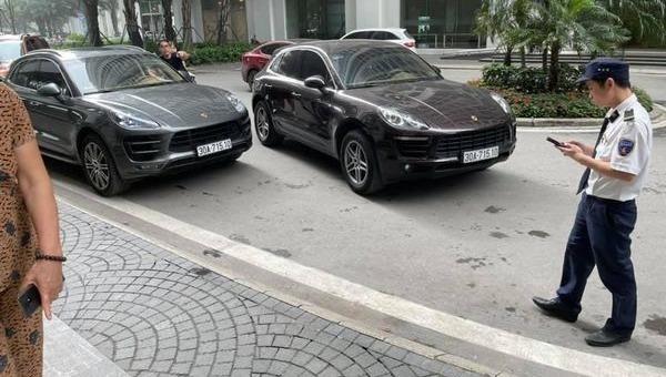 Hai chiếc xe Porche Macan trùng biển số được phát hiện ở Times City. Ảnh: Facebook