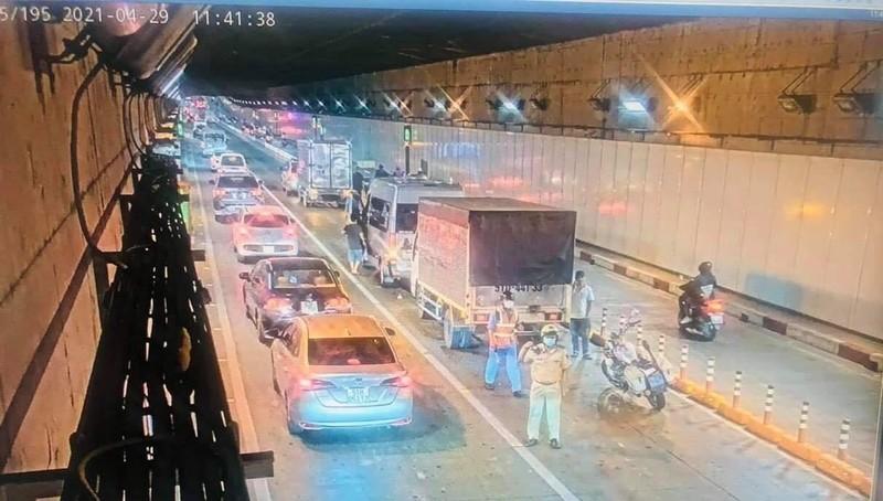 4 ô tô đâm nhau trong hầm vượt sông Sài Gòn