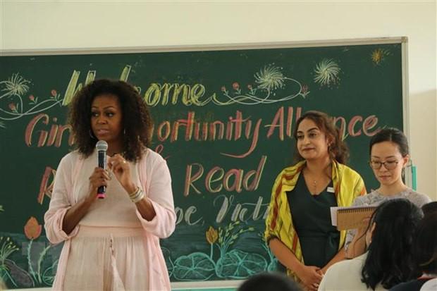 Cựu Đệ nhất Phu nhân Tổng thống Mỹ Michelle Obama nói chuyện với các học sinh trường THPT Cần Giuộc. (Ảnh: Thanh Bình/TTXVN)