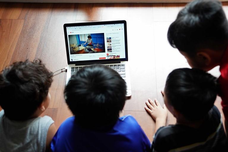 Bảo vệ trẻ em trên môi trường mạng – thay vì cấm hãy dạy