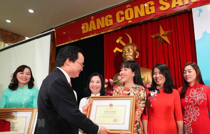 127 cô giáo, đại diện cho hơn 400.000 giáo viên mầm non trên cả nước đã nhận bằng khen của Bộ trưởng Bộ Giáo dục và Đào tạo