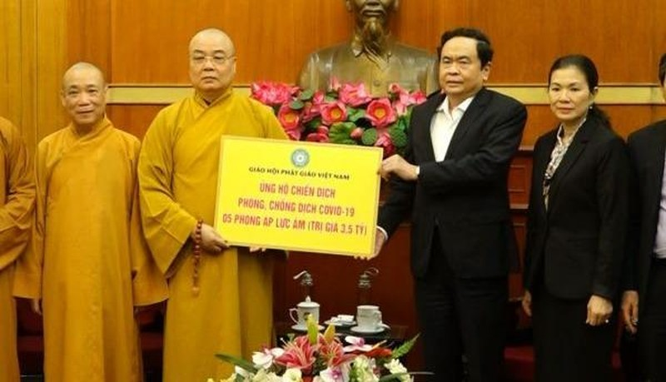 Chủ tịch Trần Thanh Mẫn tiếp nhận ủng hộ từ Trung ương Giáo hội Phật giáo Việt Nam