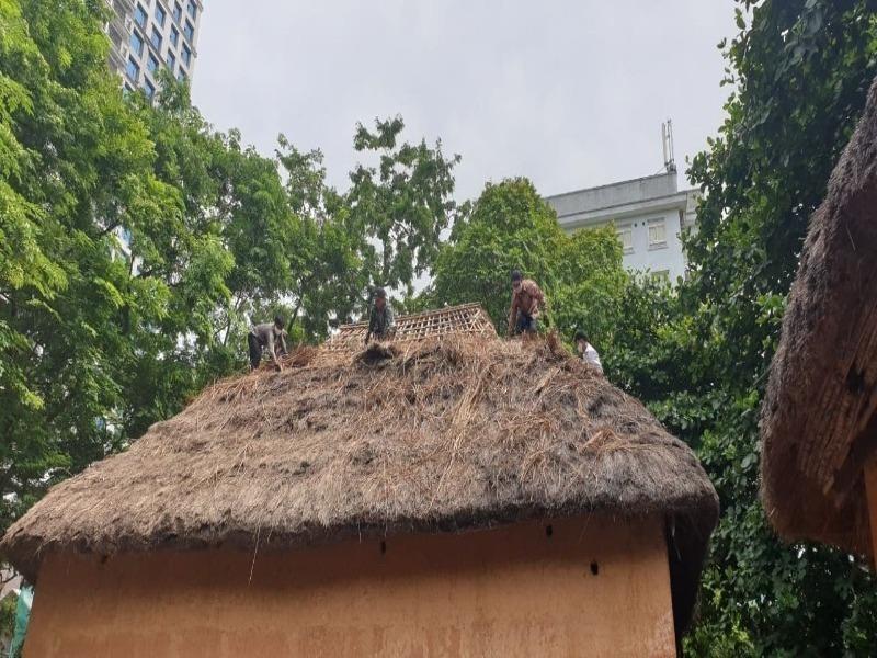 Xem người Hà Nhì sửa nhà giữa Hà Nội
