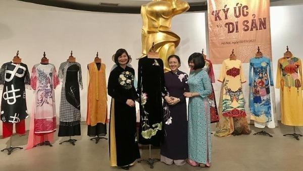 Bảo tàng Phụ nữ Việt Nam tiếp nhận 2 áo dài kỷ vật của nữ đại sứ