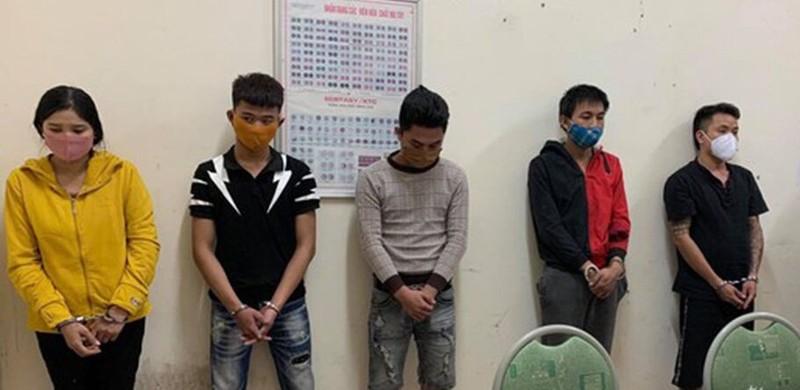 Nhóm thanh niên nam, nữ bị bắt vì sử dụng ma túy (ảnh: Đức Vũ)
