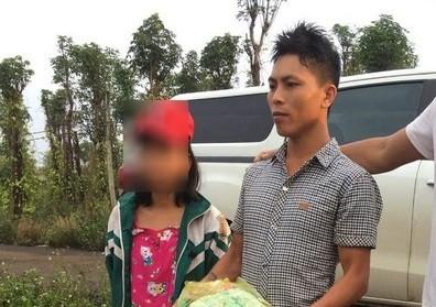 Nguyễn Ngọc Khoát cùng nữ sinh T. sau khi được di lý về Nghệ An. Ảnh: Báo Nghệ An.