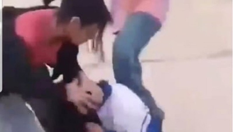 Nữ sinh áo xanh bị bán đánh hội đồng (ảnh cắt từ video)