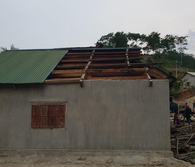 Hàng trăm ngôi nhà ở Nghệ An bị hư hỏng do mưa đá, lốc xoáy