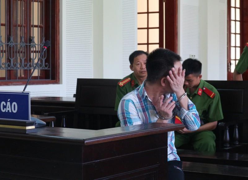 Bị cáo bật khóc khi thấy con gái tại tòa
