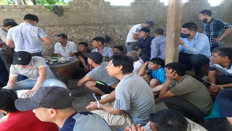 Hàng chục người bị bắt giữ tại sới gà