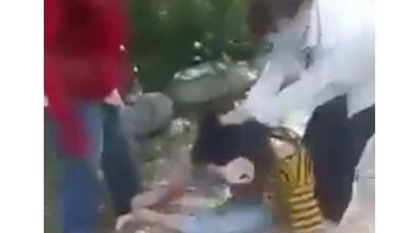 Hình ảnh nữ sinh bị đánh hội đồng. Ảnh cắt từ clip