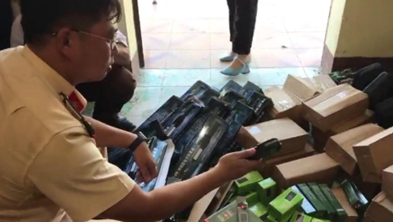 Thu giữ hàng trăm hung khí, công cụ hỗ trợ không giấy phép trên xe khách ở Nghệ An