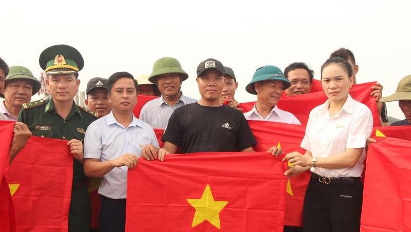 Báo Pháp Luật Việt Nam trao 500 lá cờ Tổ quốc cho ngư dân Nghệ An vươn khơi bám biển
