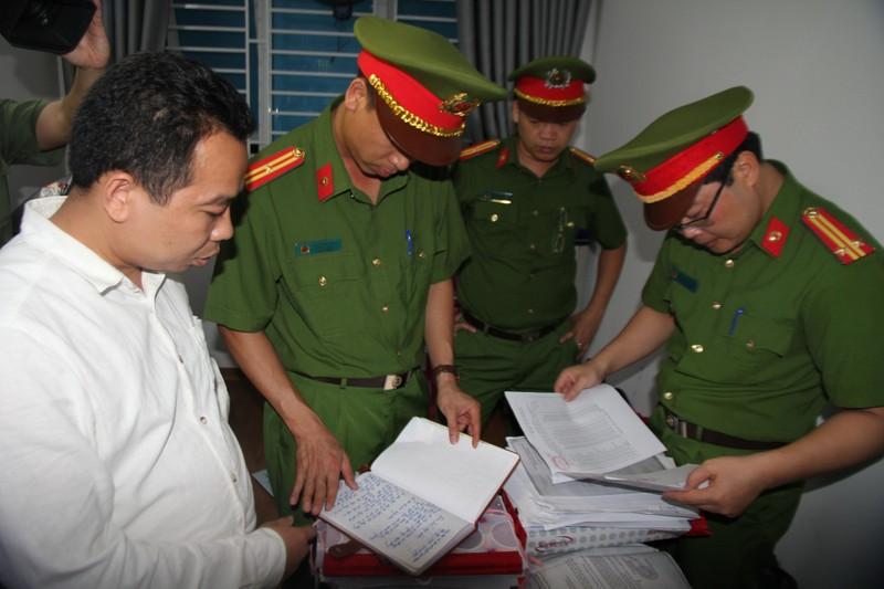 Lực lượng chức năng đọc lệnh bắt ông Kim Văn Bốn