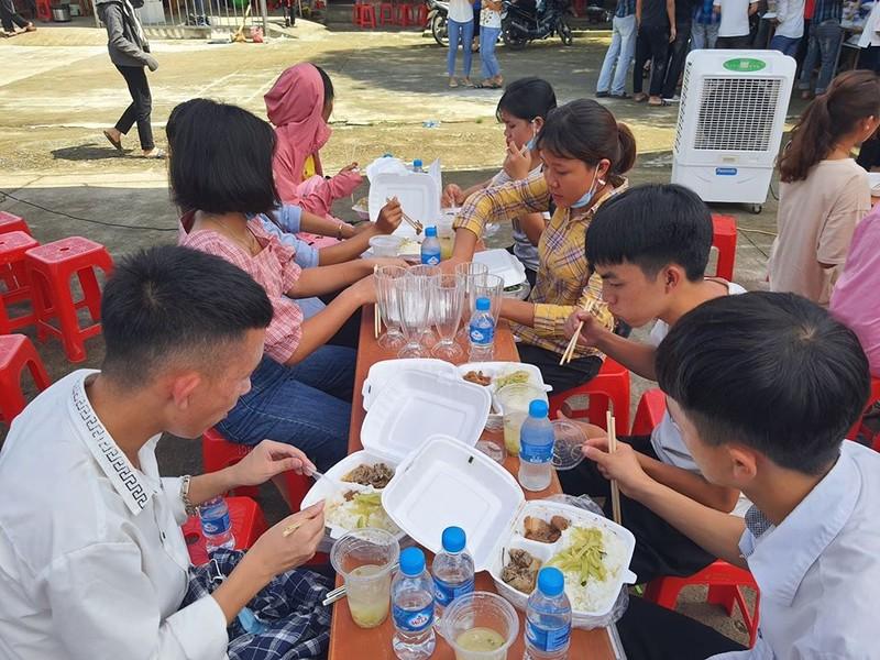 Các sĩ tử rẻo cao Nghệ An dùng cơm sau buổi thi