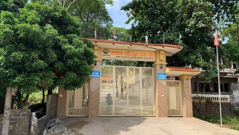 Bức tường trước cổng Trường tiểu học Nam Lộc bất ngờ sập đè chết 1 học sinh