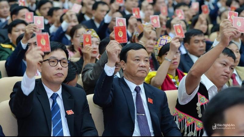 Đại biểu biểu quyết tại phiên trù bị Đại hội đại biểu Đảng bộ tỉnh Nghệ An lần thứ XIX.