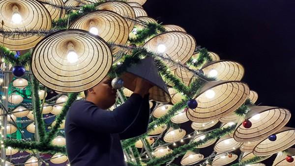 Độc đáo cây thông Noel cao 18m, kết từ 1000 nón lá ở xứ Nghệ