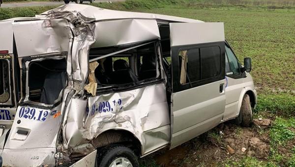 Ô tô khách bị xe container đâm văng sang bên kia đường