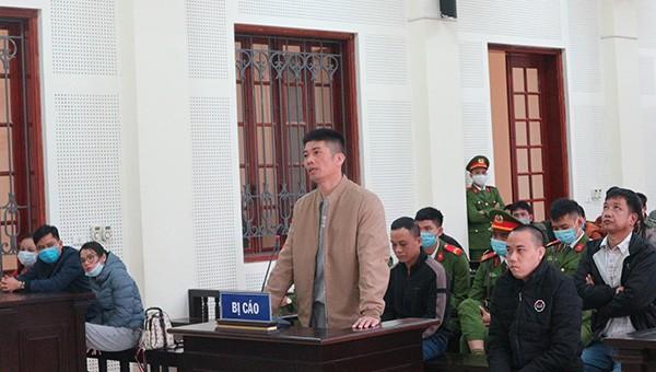 Bị cáo Nguyễn Phi Hùng (áo xám) và đồng phạm tại tòa.