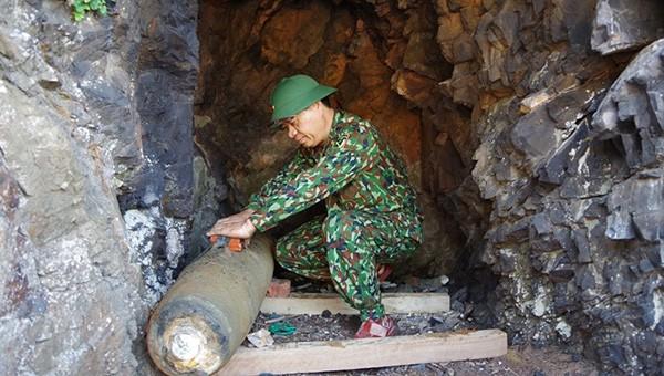 Lực lượng Công binh Bộ CHQS tỉnh Nghệ An tiến hành bố trí lượng nổ để hủy bom
