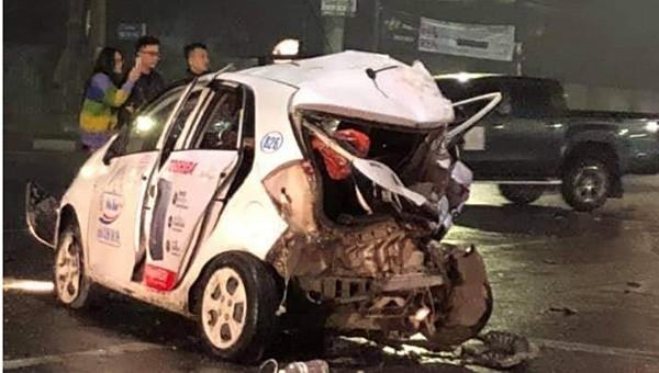 Người dân dùng xà beng cạy cửa taxi, cứu nữ hành khách gặp nạn sau cú đâm liên hoàn