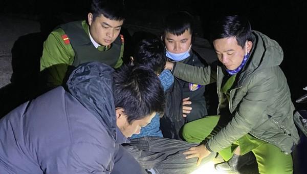 Đối tượng Sầm Văn Cường bị công an bắt giữ.