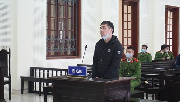 """Bị cáo Nguyễn Thọ Hiếu lĩnh án chung thân vì vũ khí và """"hàng trắng""""."""