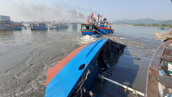 Trục vớt tàu chở dầu diesel chìm ở cảng cá