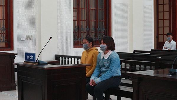 Bị cáo Liệu (áo vàng) và con dâu cùng hầu tòa.