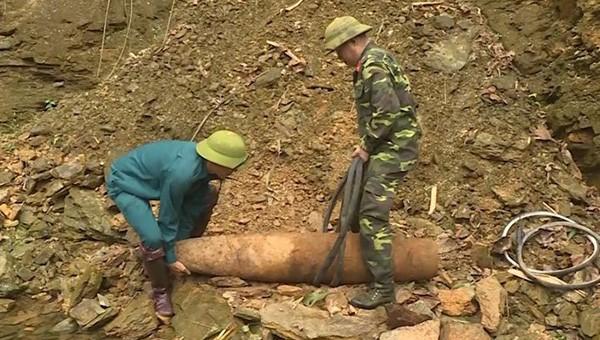Đào móng xây nhà, tá hỏa phát hiện quả bom nặng hơn 1 tạ