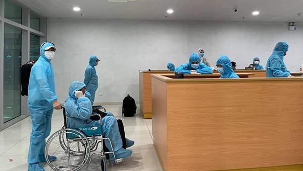Các trường hợp trở về từ Nhật Bản được cách ly ngay sau khi xuống sân bay Vinh