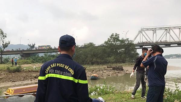 Sau 2 ngày tìm kiếm lực lượng cứu hộ tìm thấy thi thể người tự tử