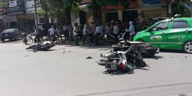 Bốn xe máy tông nhau liên hoàn, ba người nhập viện