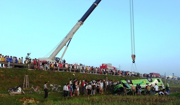 Xe đám cưới mất lái, lật ngửa xuống ruộng 1 người chết 19 người bị thương