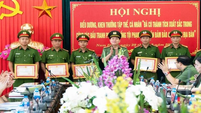 Giám đốc Công an tỉnh Nam Định khen thưởng các tập thể, cá nhân