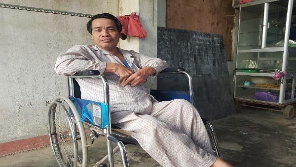 Vượt qua bệnh tật, người đàn ông hơn 40 năm mở lớp dạy học miễn phí cho trẻ em nghèo