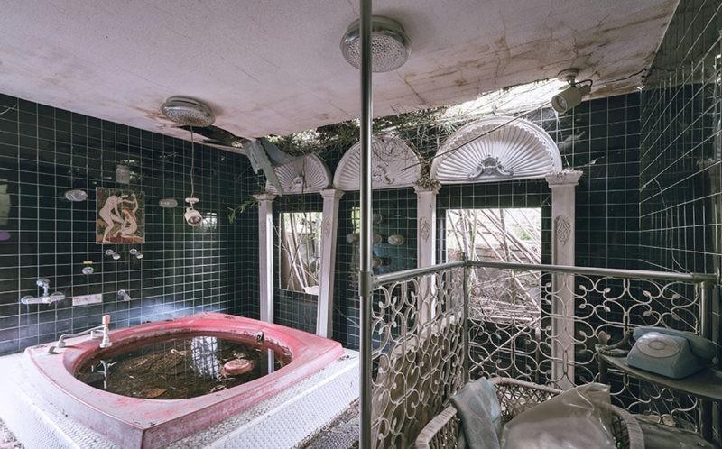 Khách sạn tình yêu bị bỏ hoang gần 20 năm vì lời đồn