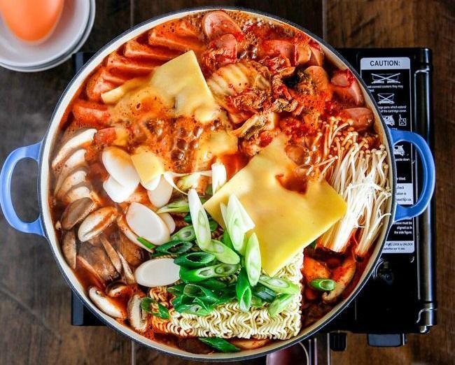 """""""Lẩu quân đội"""" Budae Jjigage- Từ món ăn cứu đói trở thành linh hồn của ẩm thực Hàn Quốc"""