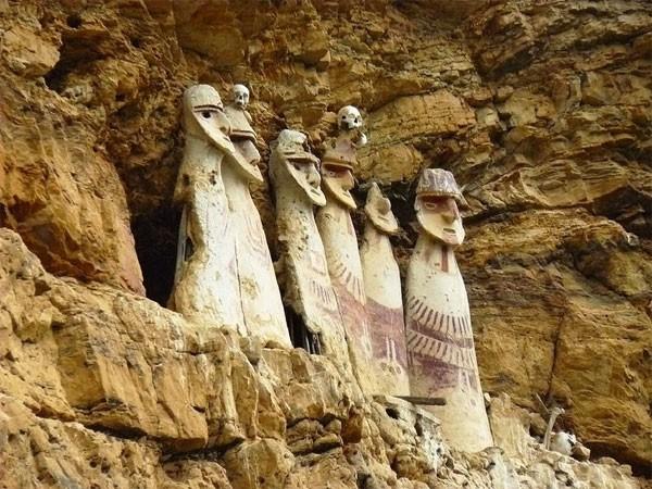 Bí ẩn những cỗ quan tài kỳ dị 600 năm tuổi trên vách đá ở Peru