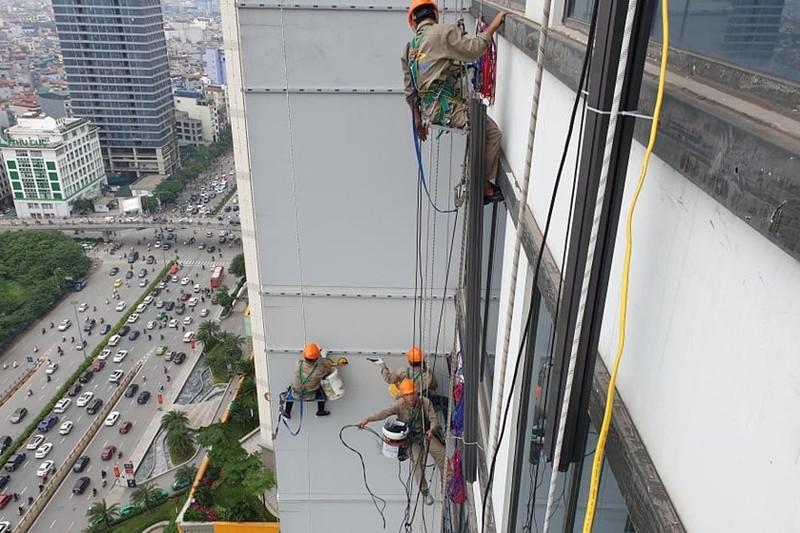 Nguy hiểm luôn rình nghề treo mình thi công trên cao ốc