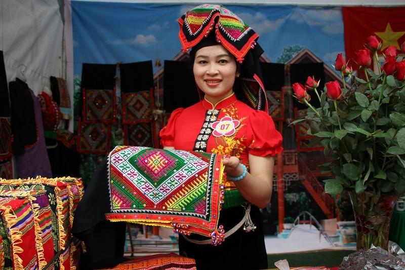 Cận cảnh cô gái Thái làm khăn Piêu